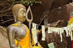 Statua buddista con le offerti Immagini Stock Libere da Diritti