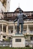 Statua Carol Pierwszy - Pierwszy królewiątko Rumunia przed Peles kasztelem w Sinaia, w Rumunia fotografia stock