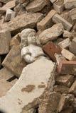 Statua che risiede nelle macerie Fotografie Stock