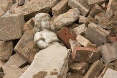 Statua che risiede nelle macerie Immagini Stock Libere da Diritti