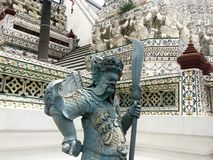 Statua Chiński wojownik przy Watem Arun - świątynia świt Fotografia Royalty Free