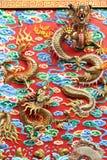 Statua cinese del drago dell'oro alla parete del tempio cinese in tailandese Fotografie Stock Libere da Diritti