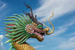 Statua cinese del drago sotto cielo blu Fotografie Stock Libere da Diritti