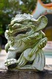 Statua cinese del leone sulla parete Immagine Stock