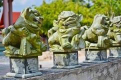 Statua cinese del leone sulla parete Fotografia Stock