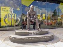 Statua commemorativa di Graham Taylor OBE, ex responsabile del club di calcio di Watford, stadio della strada della casa del vica fotografia stock