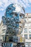 Statua commovente di Franz Kafka a Praga fotografie stock libere da diritti