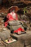 Statua con i vestiti in tempio di Nikko Giappone immagine stock