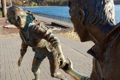 Statua con un ragazzo e una ragazza che tengono la sua mano fotografia stock libera da diritti