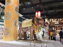 Statua concreta a grandezza naturale dell'elefante immagini stock libere da diritti