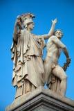 Statua contro il cielo blu Fotografia Stock