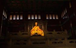 Statua d'accensione dorata realistica di un padrone passato nei dintorni scuri in Lama Yonghe Temple a Pechino, Cina immagine stock