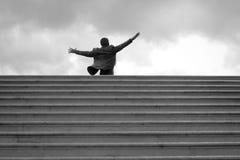 Statua d'acciaio che stying sopra le scale, Polignano una giumenta, Italia Fotografia Stock