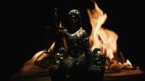 Statua damy sprawiedliwość na tle płomień płonąca książka zbiory