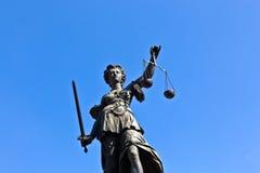 Statua damy sprawiedliwość w przodzie Obrazy Royalty Free
