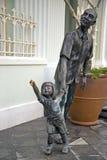 Statua davanti al museo di Peranakan, Singapore del bambino e del padre immagini stock libere da diritti