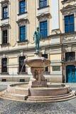 Statua davanti all'università, Wroclaw, Polonia Fotografia Stock Libera da Diritti