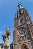 Statua davanti alla chiesa di Bonifatius di Leeuwarden immagine stock libera da diritti