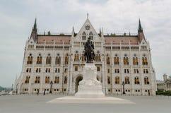 Statua davanti alla costruzione del Parlamento, Budapest, Ungheria Fotografia Stock