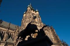 Statua davanti alla st Vitus Cathedral Immagini Stock Libere da Diritti