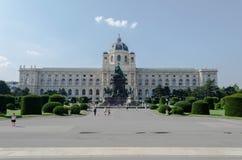 Statua davanti a costruzione a Vienna, Austria Fotografia Stock