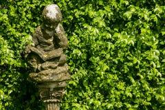 Statua dei cupidi nel giardino immagine stock libera da diritti