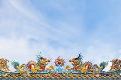 Statua dei draghi gemellati sul tetto cinese del tempio Immagine Stock