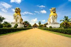 Statua dei leoni al campo di Surasri, Kanchanaburi, Tailandia Fotografia Stock Libera da Diritti