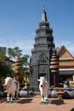 Statua dei manzi davanti allo stupa a Wat Preah Prom Rath del XIV secolo fotografia stock libera da diritti