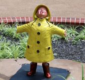 Statua del bambino piccolo che gioca nella pioggia Immagini Stock