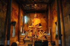 Statua del Buddha in cappella immagine stock