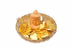 Statua del Buddha sulle monete di oro Fotografie Stock