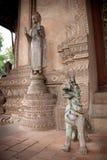 statua del Cane-leone decorata con le pietre Fotografia Stock
