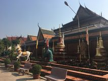 Statua del cavallo e del pavone al tempio di Wat Preah Prom Rath in Siem Reap, Cambogia fotografia stock