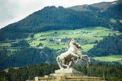 Statua del cavallo sulla rotonda alla strada in Trentino-Alto Adige, Italia immagini stock libere da diritti
