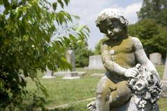 Statua del Cherub al cimitero. immagini stock libere da diritti