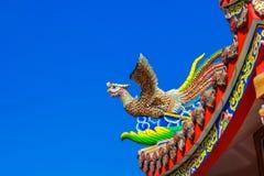 Statua del cigno sul tetto del tempio cinese con cielo blu Immagini Stock