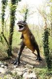 Statua del dinosauro di allosauro che sta alla foresta Fotografia Stock