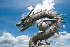 Statua del drago con il cielo blu. Fotografia Stock