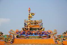 Statua del drago sul tetto del tempiale della porcellana Fotografie Stock