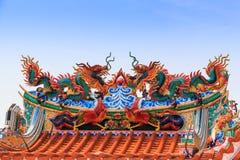 Statua del drago sul tetto del tempiale della porcellana Immagine Stock Libera da Diritti