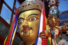 Statua del fondatore Padmasambhava Guru Rinpoche di buddismo tibetano nel gompa di Zhidung del monastero fotografie stock libere da diritti