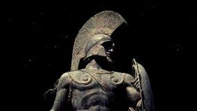 Statua del guerriero spartano con polvere che galleggia intorno stock footage