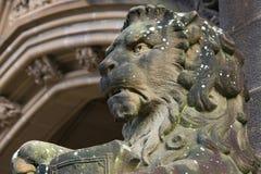 Statua del leone in arenaria che custodice entrata. Fotografie Stock