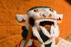 Statua del leone come guardia davanti alla porta immagine stock libera da diritti