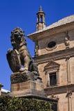 Statua del leone con lo schermo alla città di Ubeda fotografie stock libere da diritti
