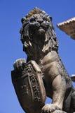 Statua del leone con lo schermo alla città di Ubeda immagini stock libere da diritti
