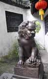 Statua del leone dal cortile della Camera dal giardino famoso di Yu sulla città di Shanghai fotografia stock libera da diritti