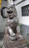 Statua del leone dal cortile della Camera dal giardino famoso di Yu sulla città di Shanghai immagine stock