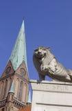 Statua del leone davanti alla cattedrale di Schwerin Fotografia Stock